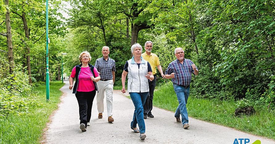 Ältere halten sich fit und in Balance mit einem ausgeklügeltem Bewegungsprogramm. Foto: BZgA – AlltagsTrainingsProgramm