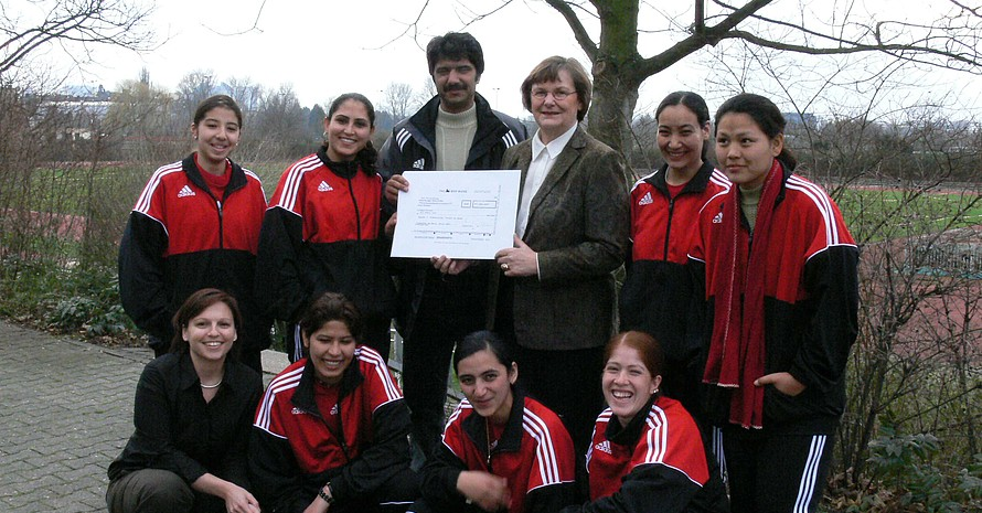 Vizepräsidentin Ilse Ridder-Melchers (Mitte), der afghanische Projekt-Koordinator Walizada und Abteilungsleiterin Katrin Merkel (links unten) zusammen mit den Teilnehmerinnen der Fortbildung bei einem Besuch am IfS der Johann-Wolfgang-Goethe Uni Frankfurt/M.