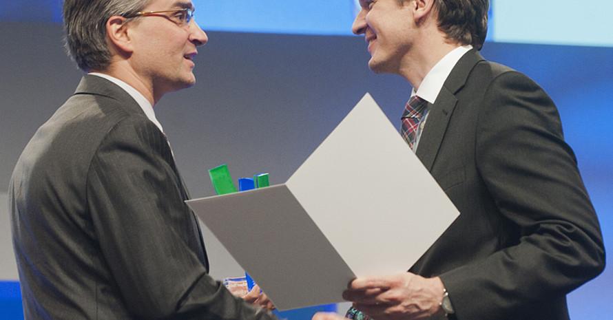 Der Frisbee-Verband erhält den Preis von Innenstaatssekretär Ole Schröder (l.). Foto: BMI/Rickel