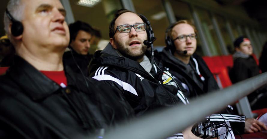Fan Gerhard Stoll und die Blindenreporter von Bayer 04 Leverkusen Philip Wegmann und Dorian Aust. Foto: DFL