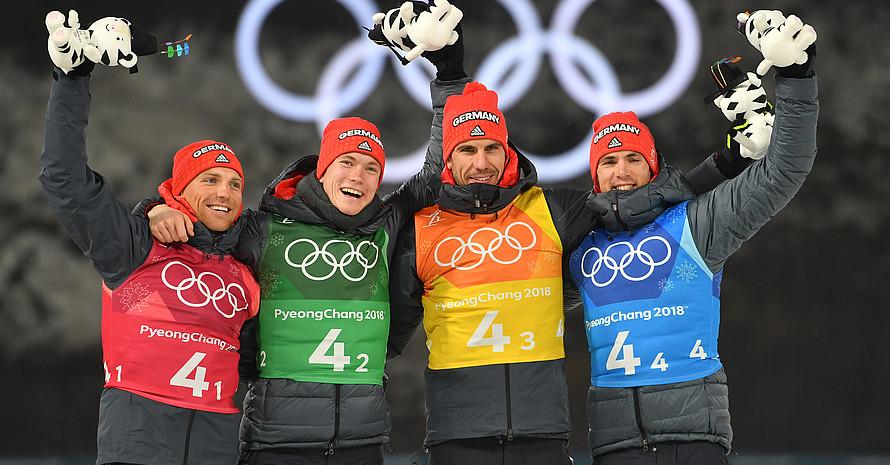 Zum Abschluss noch eine Medaille: Die Biathleten (von links) Erik Lesser, Benedikt Doll, Arnd Peiffer, Simon Schempp freuen sich über Bronze (Foto: Picture Alliance)
