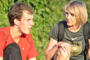 Lidia Zentner ist rechts als Trainerin zu sehen von Kevin Tepe, der links im Bild ist.