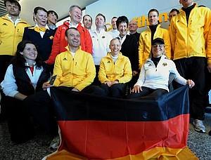 Ein Teil des deutschen Paralympics-Teams um DBS-Präsident Friedhelm Julius Beucher (in roter Jacke) und die Athleten Frank Höfle (Mitte, l-r), Andrea Eskau und Verena Bentele und Brigitte Zypries (hinten, 3.v.r.), Vorsitzende des Kuratoriums des Deutschen Behindertensportverbandes und frühere Bundesjustizministerin, auf dem Flughafen in Frankfurt am Main vor ihrem Abflug nach Vancouver. Copyright: picture-alliance
