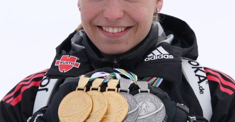 Magdalena Neuner mit ihrer Medaillenausbeute bei der Biathlon-WM 2011 im russischen Khanty-Mansiysk. Foto: picture-alliance