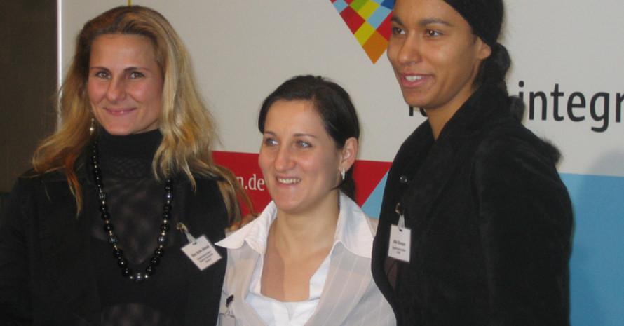 Die Integrationsbotschafterinnen des DOSB (v.l.) Ebru Shihk Ahmad, Anna Dogonadze und Atika Bouaaga  haben männliche Verstärkung bekommen.