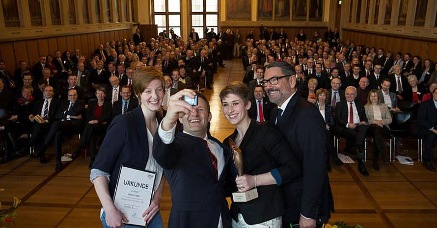 Auf der Bühne wurde schnell noch ein Selfie gemacht. Fotos: DOSB/Chris Christes