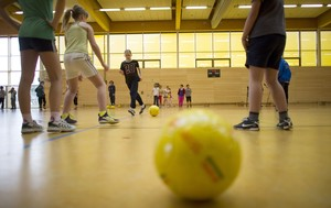 Mädchen beim Balltraining im Verein; Foto: picture-alliance