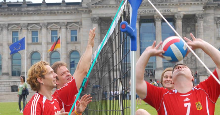 Sitzvolleyball vor dem Berliner Reichstaggebäude. Copyright: picture-alliance