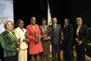 Die Preisträgerinnen 2007 zusammen mit IOC-Präsident Dr. Jacques Rogge. Rechts im Bild Ilse Bechthold. Copyright IOC