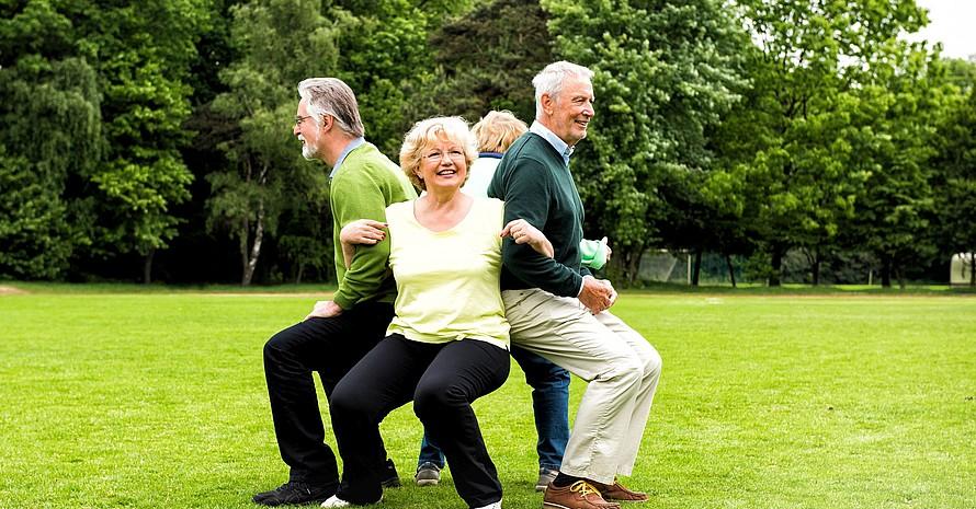 Im AlltagsTrainingsProgramm (ATP) gibt es viele effiziente Übungen, die auch älteren Menschen Spaß machen. Foto: BZgA/AlltagsTrainingsProgramm/A. Bowinkelmann