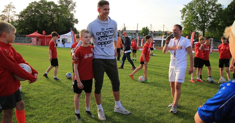 Bastian Dreßler (links), der glückliche Gewinner der Fußballwette, mit dem Zweiten Sebastian Mellack; Foto: Treudis Naß