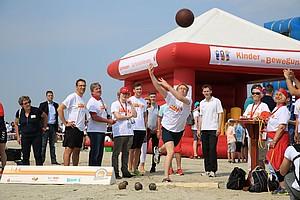 Ministerpräsident Daniel Günther probierte selbst verschiedene Sportabzeichen-Disziplinen aus. Fotos: Treudis Naß
