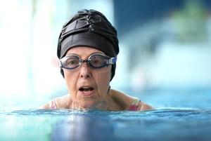 Schwimmen ist für viele ältere Menschen eine ideale Bewegungsform, um sich fit zu halten. Foto: DOSB