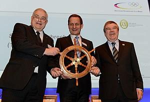 Alfons Hörmann (mitte) hat die Herausforderung angenommen, den DOSB in die Zukunft zu steuern. IOC-Präsident Thomas Bach (re.) und Interims-Präsident Hans-Peter Krämer übergaben dafür symbolisch das Steuerrad. Foto: Frank May