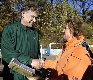 Gabriele Wrede, Vizepräsidentin des Landessportbundes Berlin, gratuliert Bundespräsident Horst Köhler zur erfolgreichen Ablegung des Sportabzeichens. (Copyright: picture-alliance/dpa)