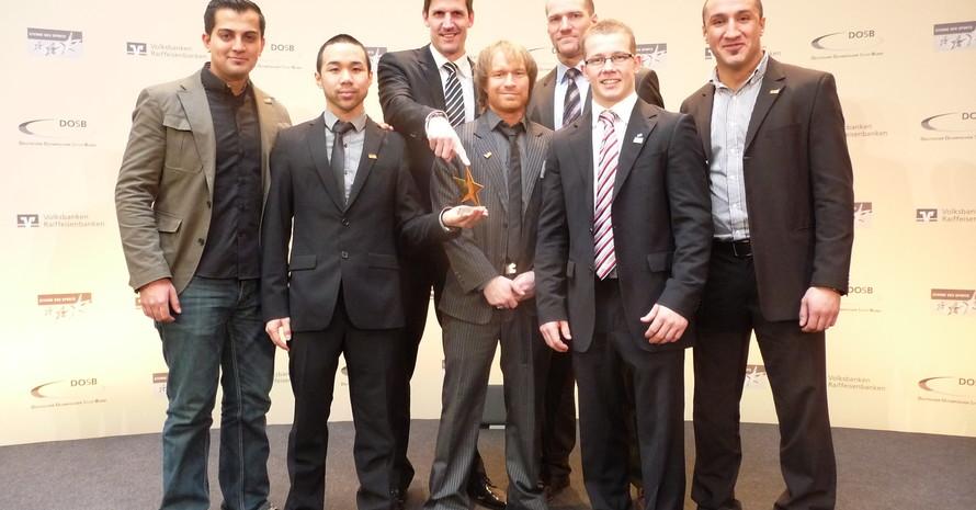 Mit Goldenem Stern und Stargast: Eiko Rümker (3. v. r.) und die Vertreter der MTG Horst nebst Fabian Hambüchen bei der Preisverleihung 2012 (Foto: Horst Essen)