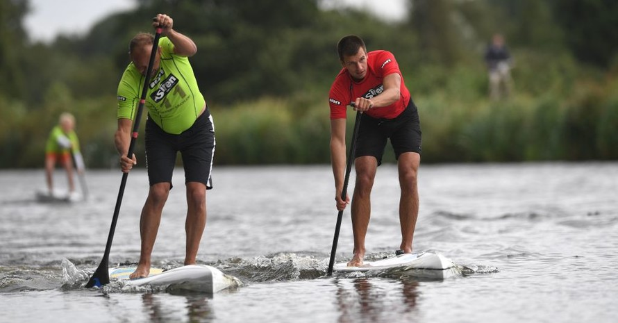 Sowohl der Kanu-Verband als auch der Wellreitverband dürfen Wettbewerbe im SUP-Sport austragen. Foto: picture-alliance