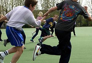 """""""Integrationskonzepte für Schülerinnen und Schüler mit Migrationshintergrund innerhalb der Schule durch Sport"""" ist das Thema des Deutschen Schulsportpreises 2007/2008. Copyright: picture-alliance"""