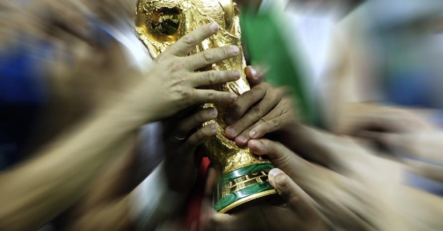 Das Objekt der Begierde: Der Pokal der Fußball-Weltmeisterschaft. Eine gelungene Fälschung steht zur Zeit im Sport & Olympia Museum. Foto: picture-alliance
