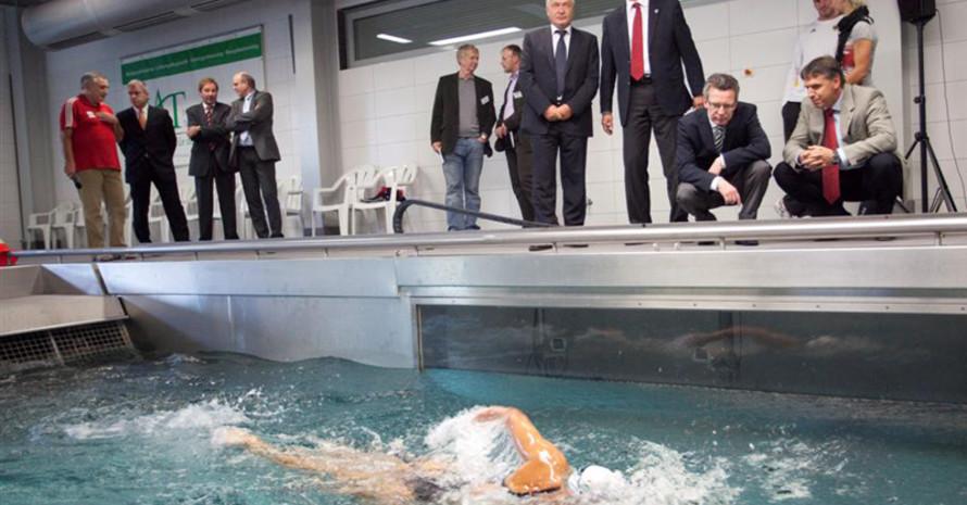 Der Minister besichtigt den neuen Strömungskanal im Leipziger IAT. Foto: IAT