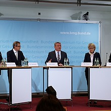 Foto: Prof. Froböse von der SpoHo, Dr. Leienbach von der PKV, BM Gröhe,  Frau Dr. Thaiss von der BZgA, und Walter Schneeloch vom DOSB. (Foto:DOSB)