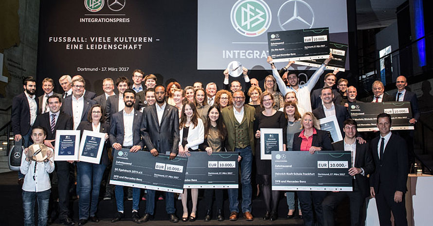 Die Gewinner des DFB-Integrationspreises bei der Preisverleihung in Dortmund