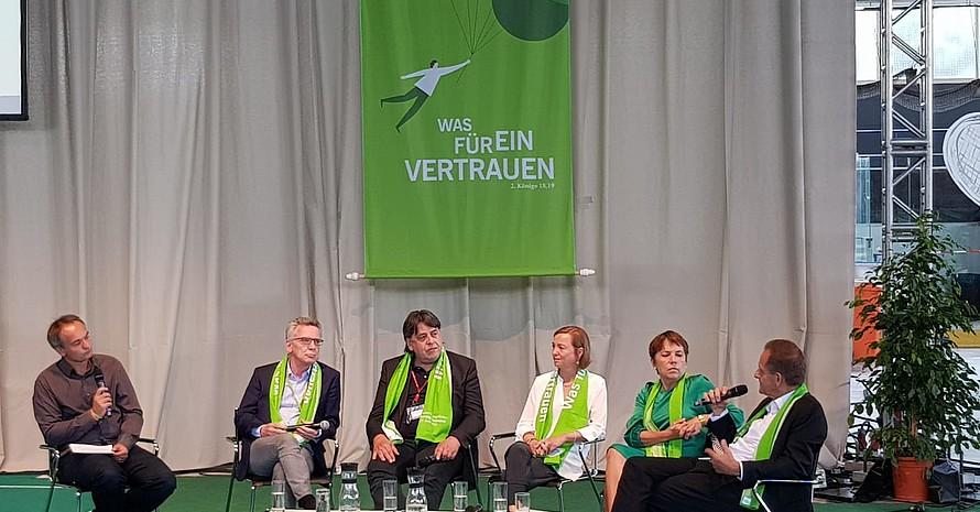 """Podiumsdiskussion zum Thema """"Das Feuer neu entfachen. Was bewirken Großveranstaltungen?"""" u.a. mit Alfons Hörmann © DOSB"""