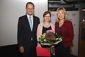 v.l.n.r Alfons Hörmann (DOSB-Präsident), Anna Maria Besold (Gleichstellungspreisträgerin) und Dr. Petra Tzschoppe (Vizepräsidentin Frauen und Gleichstellung)