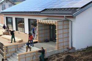 Hier entsteht ein solarbetriebenes Sportvereinsheim. Foto: picture-alliance