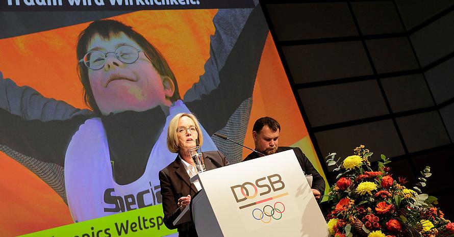 Christiane Krajewski und Mark Solomeyer bei der DOSB-Mitgliederversammlung in Düsseldorf. Foto. DOSB/Ulla Burghardt
