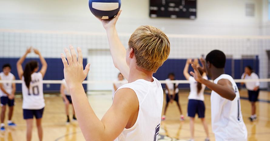 Jungen und Mädchen beim gemeinsamen Volleyball-Training; Foto: Adobe Stock/dsj