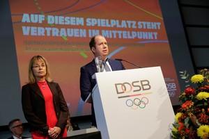 Dr. Petra Tzschoppe, DOSB-Vizepräsidentin Frauen und Gleichstellung, und Jan Holze, Vorsitzender der Deutschen Sportjugend, erläutern das Konzept zur Prävention sexualisierte Gewalt im Sport. Foto: DOSB/Ulla Burghardt
