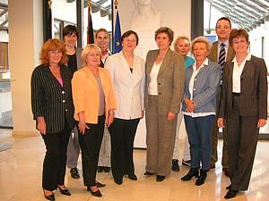 Die DSB-Frauen in Brüssel (von links nach rechts): Ingrid Neuhaus, Pia Zufall, Klothilde Schmöller, Britta Jahnke, Ilse Ridder-Melchers, Lissy Gröner, Barbara Aff, Ingeborg Sieling, Tilo Friedmann, Sigrid Berner  (Foto: Landesvertretung Baden-Württemberg)