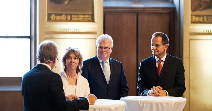 Über die Bedeutung der DOA: (v. l.) Prof. Gudrun Doll-Tepper, Staatssekretär Werner Koch und DOSB-Präsident Alfons Hörmann im Gespräch mit Moderator Dieter Gruschwitz (Fotos: DOA/Stefan Höning)