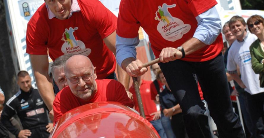 Den prominenten Anschub für den möglichen Sieg gaben: Manfred Reim, Bürgermeister von  Fürstenwalde (im Bob), Holger Rupprecht, Minister für Bildung, Jugend und Sport in Brandenburg (rechts) und Bob-Olympiasieger Kevin Kuske (hinten).
