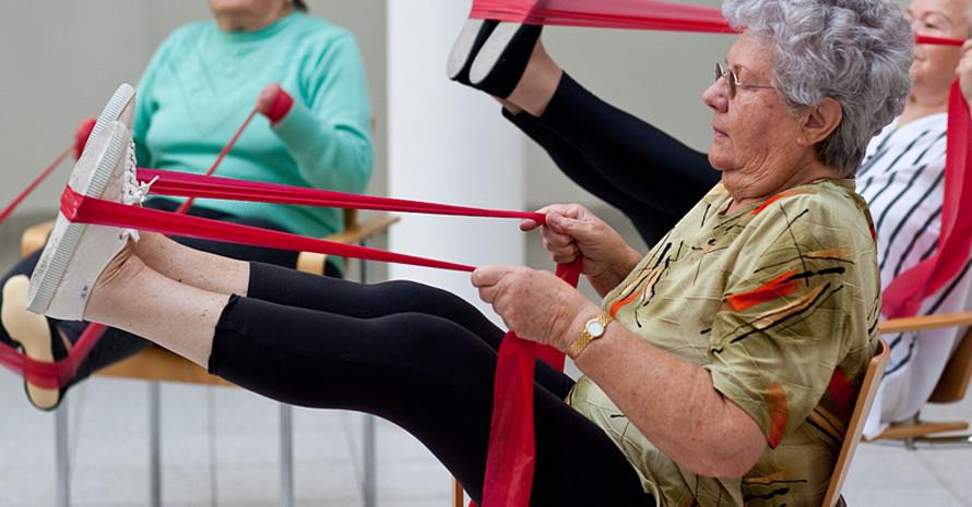 Regelmäßiges Sporttreiben kann Stürze verhindern. Foto: picture-alliance
