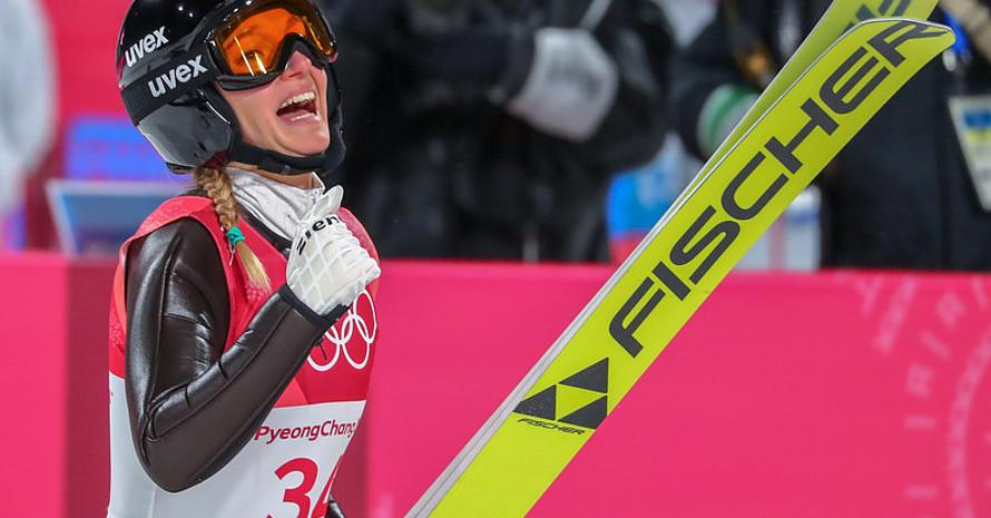 Nervenstark im schwierigen Wettkampf: Katharina Althaus darf sich über zwei gelungene Sprünge freuen (Foto: Picture Alliance)