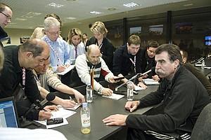 Reporter interviewen Bundestrainer Heiner Brand am Rande der Handball-WM 2009 in Kroatien. So ähnlich könnte auch die Arbeit des Fan-Reporters beim Pokalfinale in Hamburg aussehen. Copyright: picture-alliance