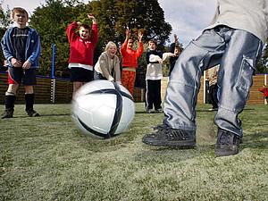 Spiel und Sport spielen eine wichtige Rolle bei der Entwicklung von Kindern und Jugendlichen. Copyright: picture-alliance/dpa