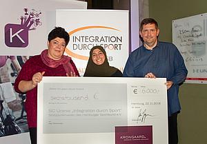 Sylke Weise, Nisa-Nur Evren und Andreas Weise haben den Spendenscheck für den SC Urania entgegengenommen und sind sehr glücklich über die tolle Aktion.