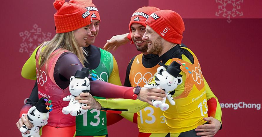 Geteilte Freude ist vierfache Freude: Natalie Geisenberger feiert Gold gemeinsam mit Johannes Ludwig, Tobias Wendl und Tobias Arlt (Foto: Picture Alliance