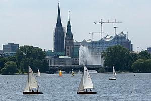 Segler und Seglerinnen auf der Außenalster in Hamburg; Foto: picture-alliance