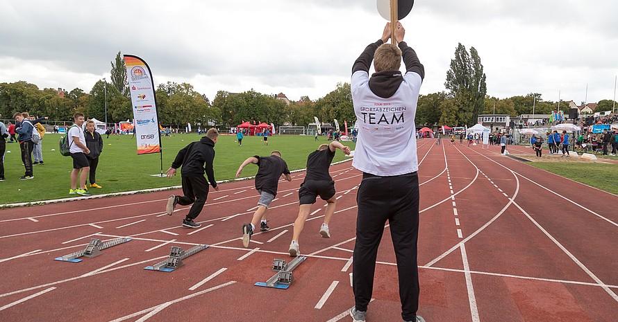 Startschuss zum Sprint bei der Abnahme des Deutschen Sportabzeichens für Schüler*innen in Weimar 2019. Foto: Treudis Naß