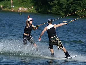 Zwei Wakeboarder an der Seilbahn. Foto: sport2.de