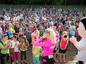 Schon beim Aufwärmen waren die Kinder am 4. Juli bei der Sportabzeichen-Tour in Losheim am See bester Stimmung.  (Foto: Meike Engels)