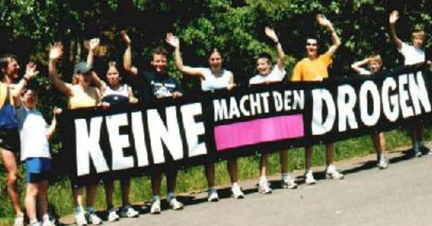 "Teilnehmer des ""Rhön-Grabfeld-Cups"" mit Plakat. Copyright: LLZ Rhön-Grabfeld"
