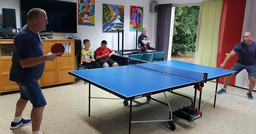 Teilnehmende beim Tischtennis während der Integrationswoche