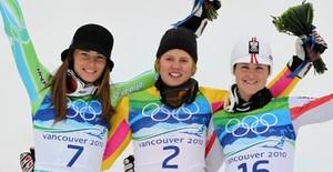 Glückliche Siegerinnen auf dem Olympia-Podium (v.li.): Maze, Rebensburg, Goergl