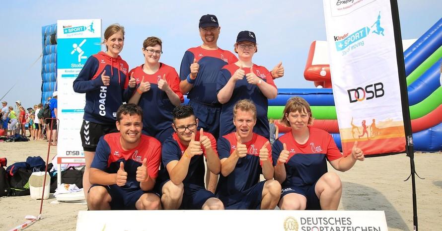 Die Beschäftigten der Schleswiger Werkstätten und Betreuerin Katrin Feist freuten sich über die inklusiven Sportangebote in St. Peter-Ording. Foto: Treudis Naß