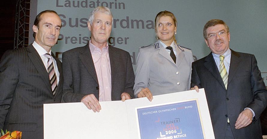 Eberhard Gienger, Raimund Bethge, Susi Erdmann und Dr. Thomas Bach (v.l.) bei der Überreichung des Trainerpreises in Weimar. Foto: Christian Meyer/Weimar